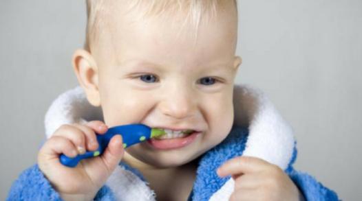 bebé mordiendo cepillo dental