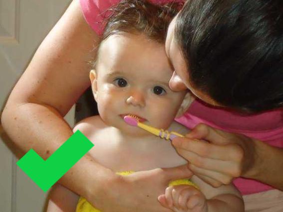 como cepillar al bebé
